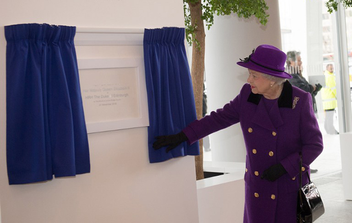 Britain's Queen Elizabeth II unveils a plaque during an official visit to The Shard building in central London, on November 21, 2013. The Queen and her husband Prince Philip toured the viewing deck of the country's highest building Thursday.  AFP PHOTO / STEFAN ROUSSEAU/POOL